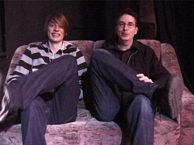 Volker Strübing und Lukas Heinser sitzen auf einem Sofa (v.r.n.l.)
