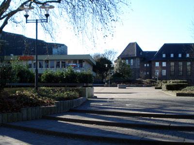 Stadthalle und Rathaus (von links nach rechts)