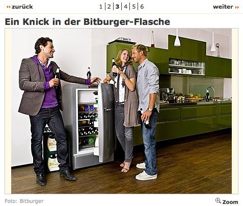 Junge, hübsche Menschen trinken Bitburger.