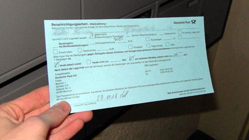 Schon wieder hat ihm der Postbote eine Benachrichtigungskarte in den Briefkasten geworfen!