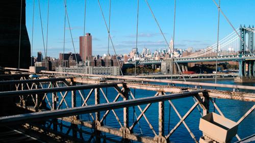 Brooklyn Bridge (vorne) und Manhattan Bridge (hinten) in New York, NY