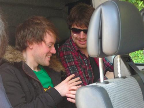 Christoph und Dominic freuen sich auf eine weitere endlose Stunde im Bus.