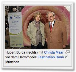 Hubert Burda (rechts) mit Christa Maar vor dem Darmmodell Faszination Darm in München